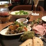フィフス シーズン - 前菜の盛り合わせとコブサラダ