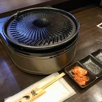 立喰焼肉てんろく - 初期配膳。キムチはサービスで、チャージやお通しは無い。