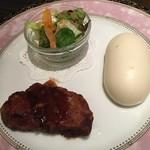 81586893 - 牛フィレ肉のステーキ サラダマントウ添え