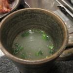 大海 - 水炊きは最初にこの店自慢のこだわりの鶏がらスープの登場、塩分控えめの上品な味のスープです。