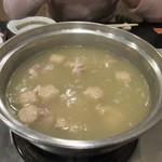 大海 - 水炊きは鶏肉とつくねが煮込まれて出来上がった状態でテーブルに運ばれて来ました。