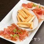 P.C.A. Pub Cardinal Akasaka - 程よい塩味と上品な甘味『イタリアとスペイン産 生ハム盛り合せ』