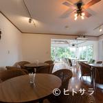 カフェグリーングリーン - 家族に優しいフラットな店内。籐の椅子でゆったりカフェタイムを