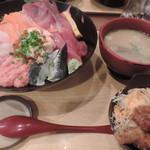 築地食堂 源ちゃん - ランチの八色丼とあら汁、鶏唐揚げセット(ご飯大盛り)