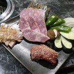 たなか畜産 東十条店 - まずは、上から時計回りに「ささみ(牛肉)」、「野菜」、「中落ち」、「豚トロ」がIN!