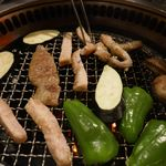 たなか畜産 東十条店 - 続けざまに「野菜」などをあわせて「豚トロ」も焼いていきます。
