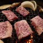 たなか畜産 東十条店 - まずは、「ミスジ」から焼いていきます。