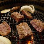 たなか畜産 東十条店 - _1370292 両面が色づいたタイミングでお肉をサクッと箸でつかみ