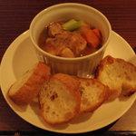 アンバーロンド - 豚肉のレフ煮込み。ベルギービールのレフ・ブロンドとフォンドヴォー・スパイスで豚バラ肉とたくさんの野菜を煮込みました。余分な脂は取り除き、とろとろ肉とスープが美味!!