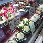 816446 - 卯之町「上田屋」定番から季節のケーキまで、ずらっと並んでいます。