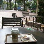 Sutabakkusukohi - 順天堂大学病院の入り口外のテーブルから道路を・・・