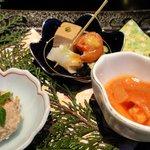 炫 - 【ディナーコース 蔵】前菜 小海老のチリソース/ツブガイのとなにかのサラダ トビコのせ/サーモン/モンゴウイカ/豆腐の醤油漬け
