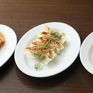 餃子好きを虜に…!憲二郎の【餃子】は焼・水・揚どれも絶品
