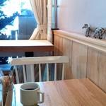 81613760 - かわいいカフェ風の店内。