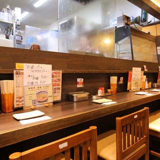ライブ感溢れる特等席♪オープンキッチンのカウンター