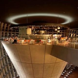 逆円錐の上部に広がる、ユニークなミュージアムレストラン。