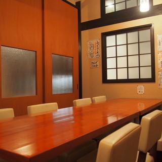 テーブル席16席まで可能、そのうち10名様まで個室もご用意。