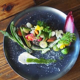 """自家製の""""燻製料理""""や農家直送野菜が充実!インスタ映えも◎"""