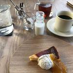 コムデザインストア カフェ - ケーキとホットコーヒー