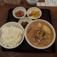 吉田とん汁店-当店は豚汁1本の潔さ
