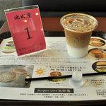 Burgers Cafe 池田屋 - トレイの上のドリンクと池田屋の文字が書かれた順番待ち用の札