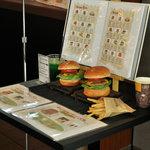 Burgers Cafe 池田屋 - 池田屋バーガーの模型とメニュー表