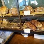 自家焙煎珈琲 あぶさんと - 入口前ではパンの販売