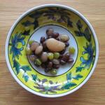 甘納豆かわむら - 九谷焼の皿に、かわむらの甘納豆を盛る