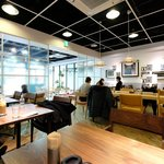 Cafe & Dining ICHI no SAKA - 店内のテーブル席の風景です