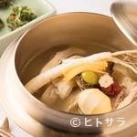 尹家 - 塩が命の、薬膳ともち米を入れてつくるスープの『サムゲタン』