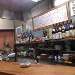 京雀 - 壁には手描きのお品書き、酒瓶も並ぶ