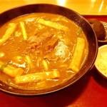 三佳屋 - 「どて焼きカレーうどん」(単品900円)。天かすが別皿になっている。