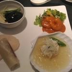 81660939 - バラエティプレート(小海老のチリチーズソース、帆立貝の蒸し物 昆布醤のせ、北京ダック、豚スペアリブの黒酢煮込み)