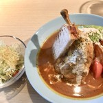 水色食堂 - チキンカレーのアボカドトッピングとサラダ