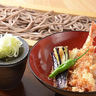 ランチも営業中♪日替わり丼+蕎麦のセットが880円~と人気!