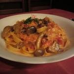 81669954 - ズワイ蟹とキノコのスパゲッティ(タリアテッレ)トマトクリームソース 1944円