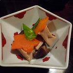 さらしな - お通しは、高野豆腐、椎茸、人参、絹さやのお煮しめ♪出汁の風味が効いています★