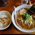 やくみや - わんたんめん(細麺) 930円 + ライス 100円