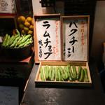 都夏 - 店前に並ぶ野菜