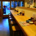 肉汁餃子と190円レモンサワー しんちゃん - カウンター席