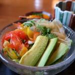そば会席 立会川 吉田家 - アボカド、パプリカ、タマネギ、水菜、レタスミックスのサラダ
