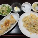 鴻福餃子王 - 焼き餃子とチャーハンセット