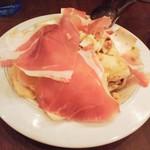 81695349 - チコリとブルーチーズ、クルミ、ゆで卵のサラダ