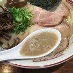 濃厚ラーメン かなや - フワッとクリーミーな濃厚スープ