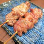 立呑み ひなどり - ◆カシラ(2本)¥280 これこれ、モツ焼きといったらカシラだよねぇ。 もはやカシラだけありゃいいって感じ。 続いて頼んだのが…