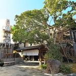玉峰館 - 玄関の横にどっしりとそびえる温泉塔。