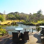 玉峰館 - 食事処から眺める気持ちの良い庭園。
