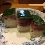 81700084 - 鯖の押し寿司。しめ鯖はこの色じゃなきゃ。