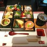 81702223 - (2018年2月 訪問)松阪牛柿安御膳の前菜。四季の食材を取り入れた見た目にも華々しい品数です。