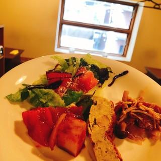 【ランチ】100円でサラダ&野菜料理セットがつけれます!